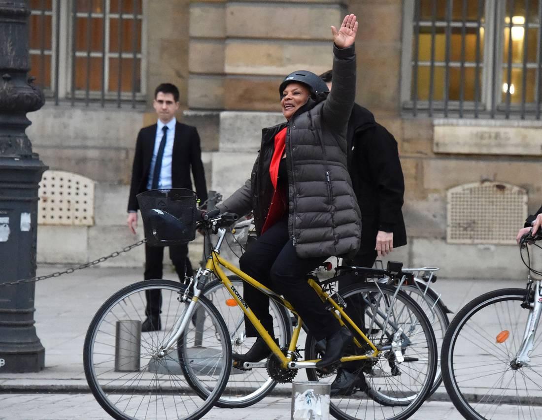 في مشهد مؤثر.. وزيرة العدل الفرنسية ترحل عن مبنى وزارتها على متن دراجة هوائية