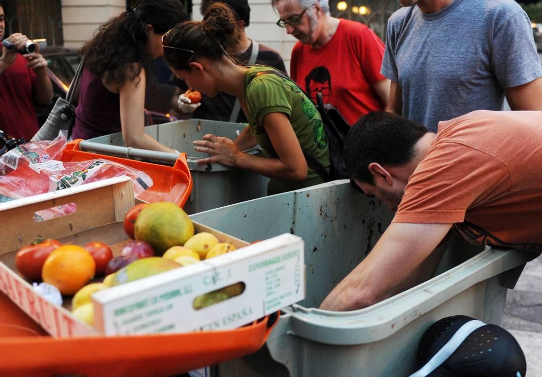 البرلمان الفرنسي يصادق على قانون يمنع تبذير الطعام وإلقاءه مع الأزبال