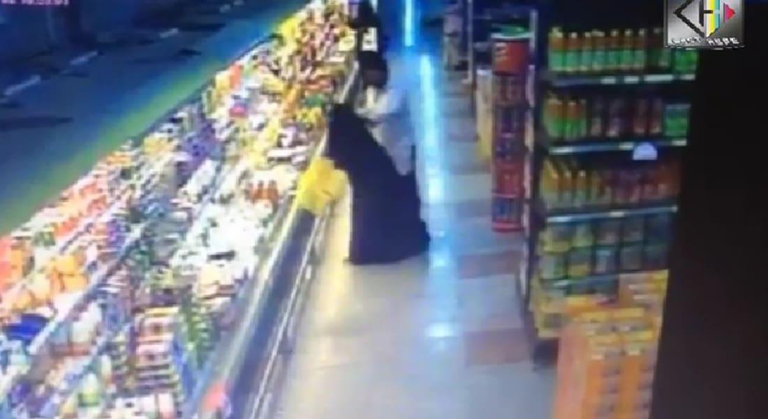 """بالفيديو.. كاميرا المراقبة تبيّن لحظة تحرش """"أجنبي"""" بسيدة في سوق بالرياض"""