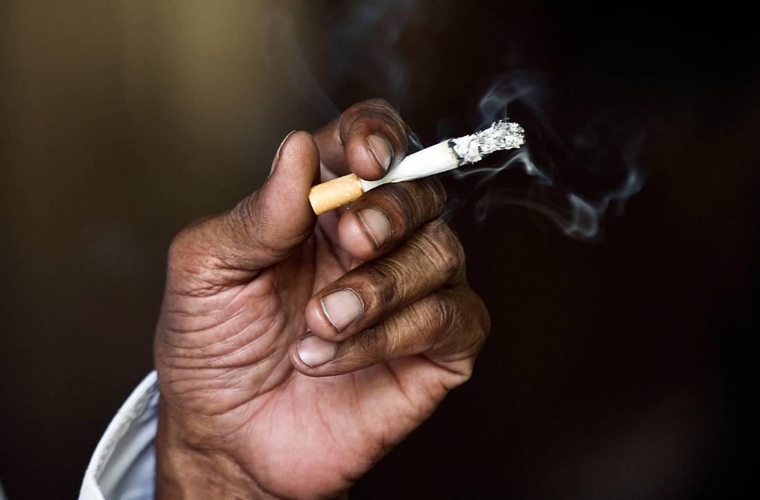 الجزائر تمنع التدخين في محطات وفضاءات النقل وتٌلزم بتخصيص حيّز مغلق للمدخنين