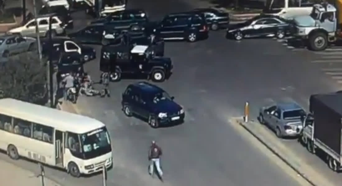 """بالفيديو.. عناصر من """"الحرس الجمهوري"""" في لبنان يعتدون على شرطي سير"""
