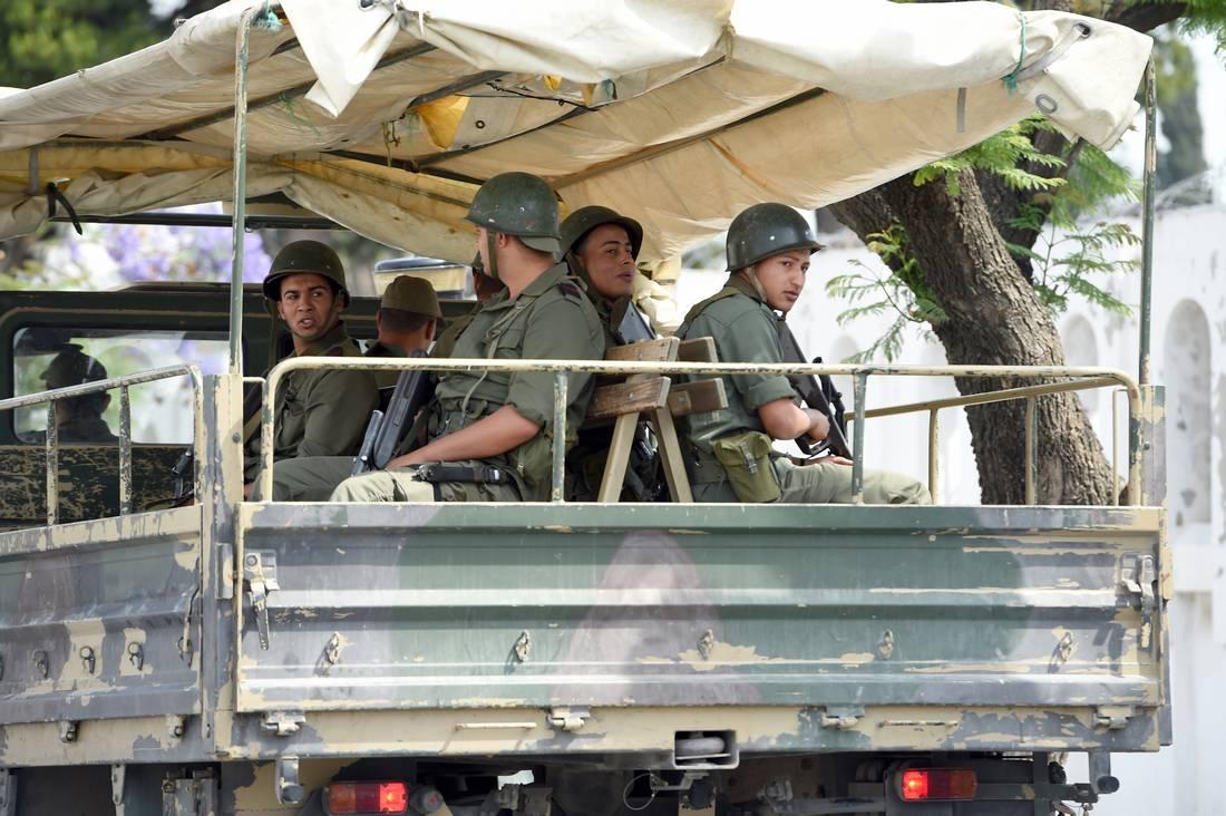 """الجيش التونسي يقضي على أربعة """"إرهابيين"""" ويُصادر أسلحة قُرب الحدود مع الجزائر"""