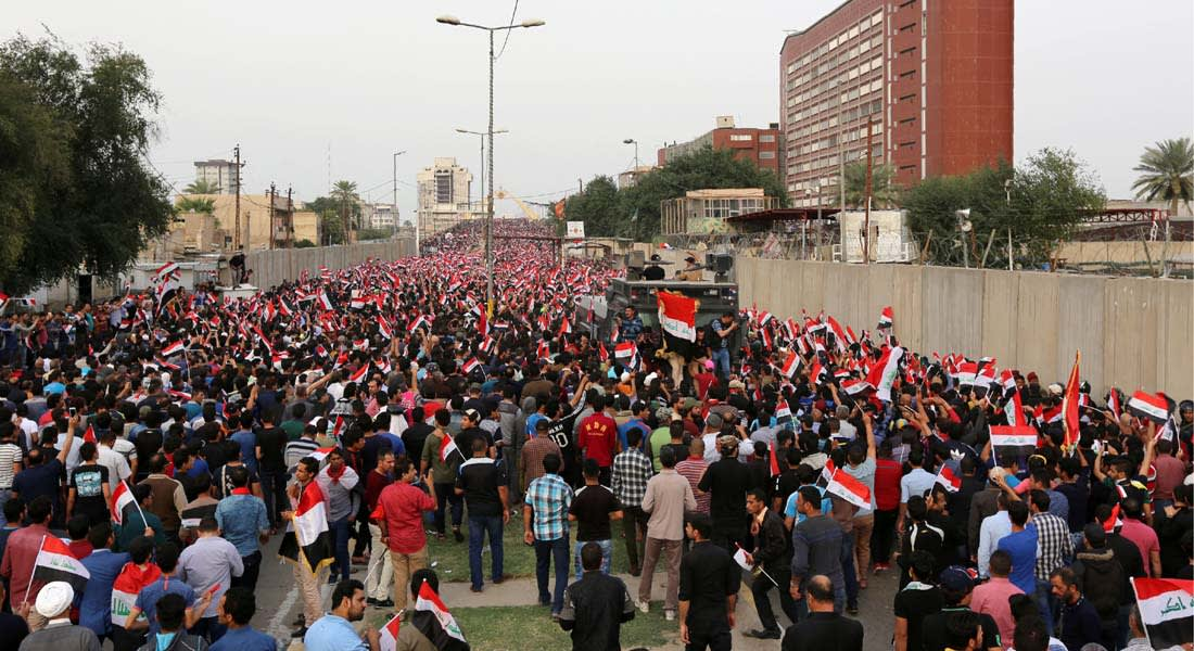 """الصدر يطالب باستقالة الحكومة العراقية وخروج """"بعض السفارات"""" من """"المنطقة الخضراء"""" وسط احتجاجات أنصاره"""