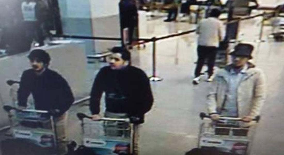 الشرطة البلجيكية تنشر صورة للمشتبه بتنفيذهم تفجيري المطار ببروكسل.. ومركز الكوارث يرفع عدد الضحايا إلى 30 قتيلا