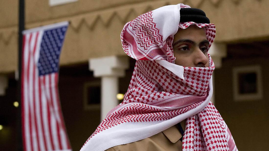 محلل يكشف مخاطر تهديد السعودية لأمريكا: الدولار قد يفقد مكانته الدولية وتعجز واشنطن عن تمويل دينها