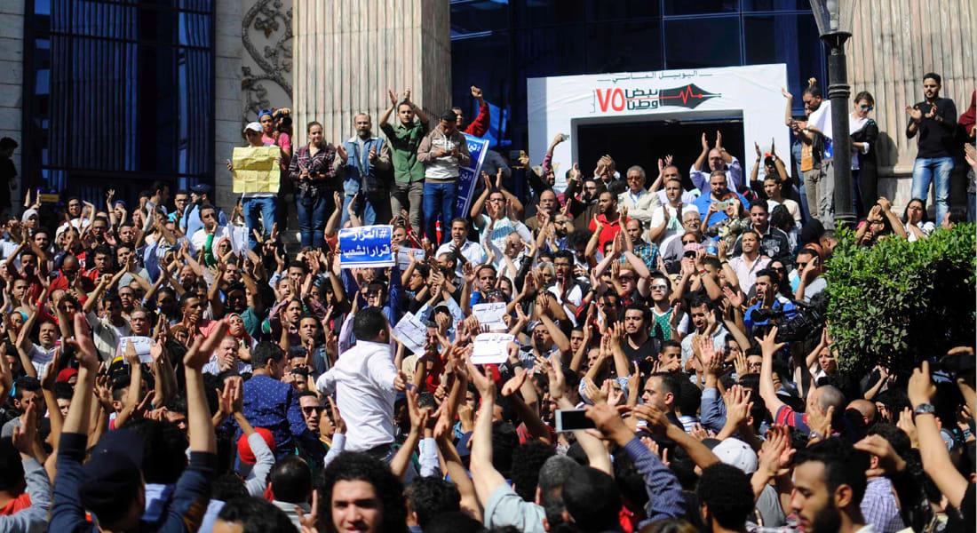 """الحكومة المصرية: 25 أبريل إجازة بأجر كامل.. ومغردون: """"كده كله مستعد للثورة"""""""
