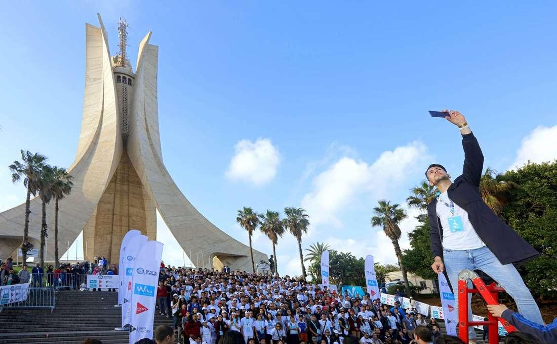 جزائريون يحاولون الدخول إلى غينيس من بوابة أضخم سيلفي في العالم