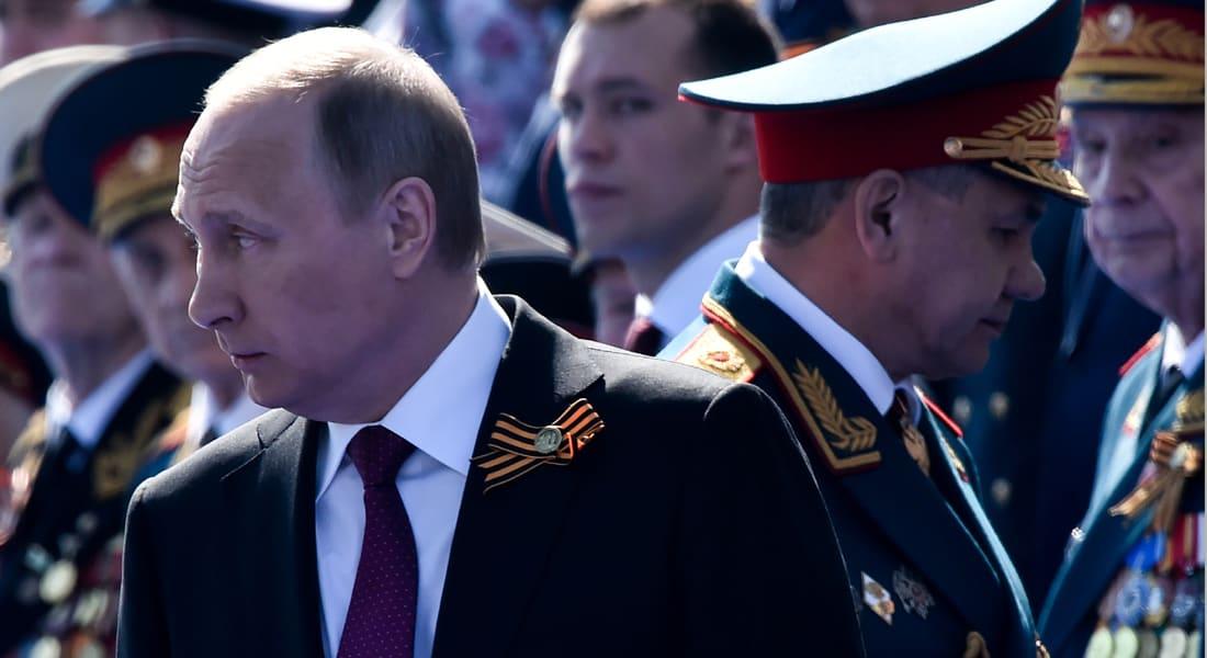 """بالفيديو: بوتين في """"موقف طريف دون توبيخ"""".. جنرال يخلع مقبض باب سيارة عسكرية جديدة خلال محاولة فتحه للرئيس"""