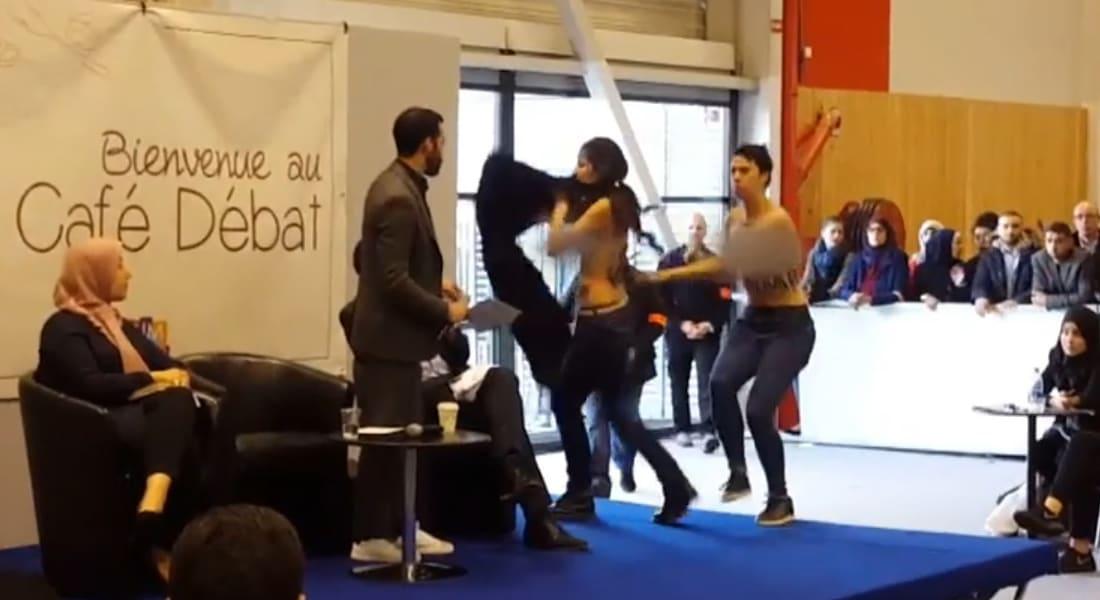 """بالفيديو.. ناشطات """"فيمن"""" يقتحمن منصة مؤتمر إسلامي بباريس """"عاريات الصدور"""""""
