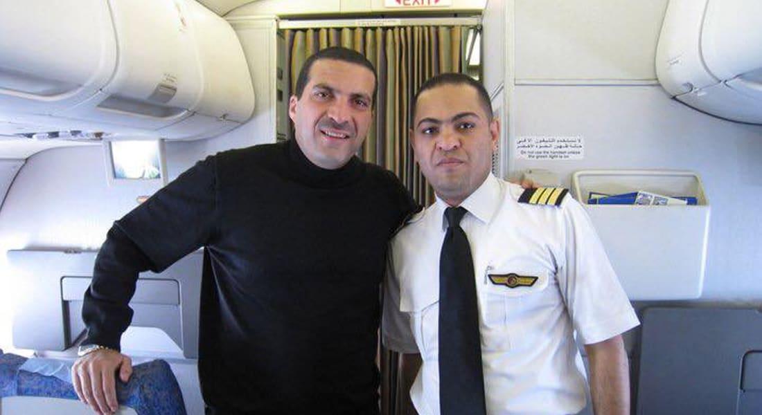 """الداعية الإسلامي عمر خالد ينشر صورة لقبطان رحلة مصر للطيران """"MS804"""" ويشيد بـ""""طيبته"""""""