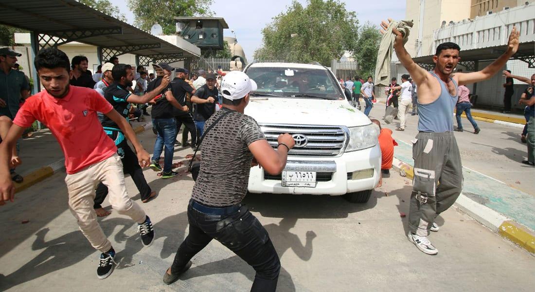 """السلطات العراقية تفرض حظر التجول في بغداد بعد اقتحام المتظاهرين """"المنطقة الخضراء"""""""