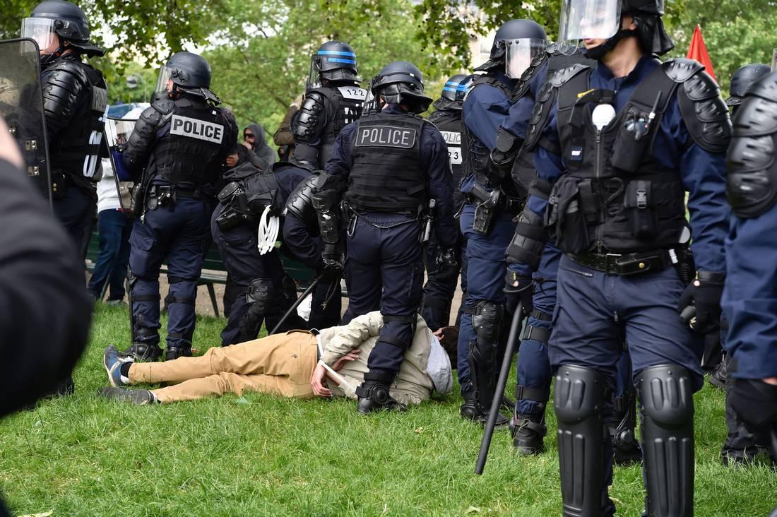 اضطرابات في فرنسا.. متظاهرون يرشقون الأمن بالحجارة والزجاج وعلب الصباغة