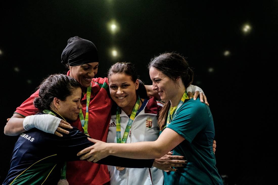 خديجة المرضي.. مُلاكمة مغربية بالأولمبياد تُوفيّت والدتها قبل سنتين أثناء تشجيعها