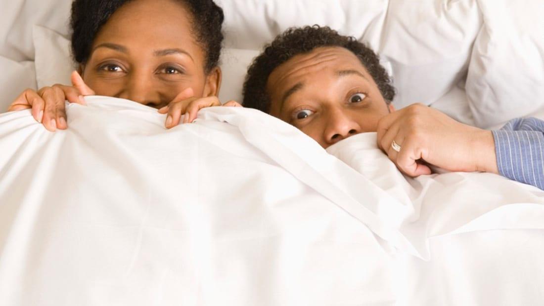 اخ ينام جمب اخته عل السرير ويلعب معه الأفلام الإباحية العربية