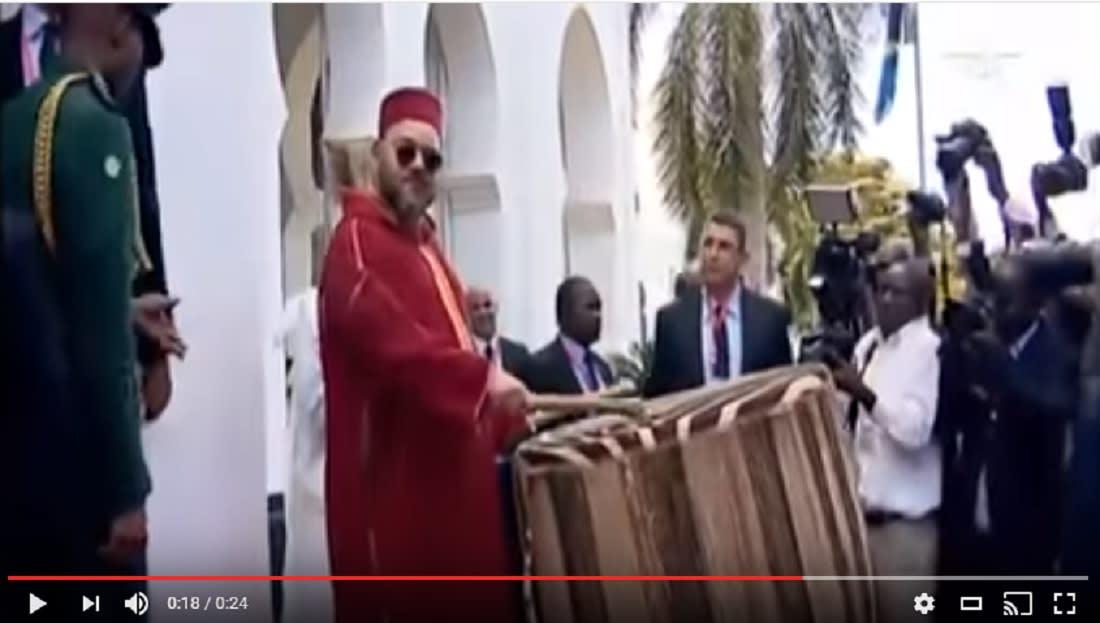 شاهد.. العاهل المغربي يقرع طبلا ضخما رفقة الرئيس التنزاني