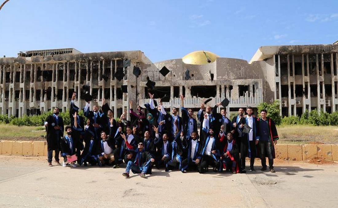 في بنغازي.. طلبة يحتفلون بتخرّجهم وسط الألغام واستمرار الاقتتال