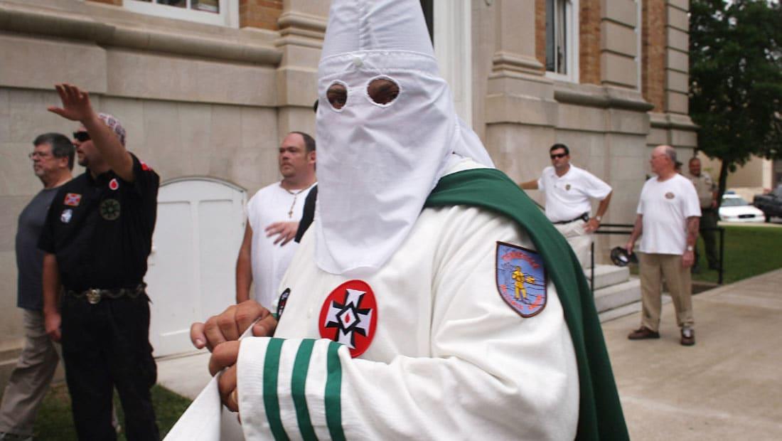 """حملة ترامب: دعم صحيفة حركة KKK العنصرية له """"مقرف"""""""