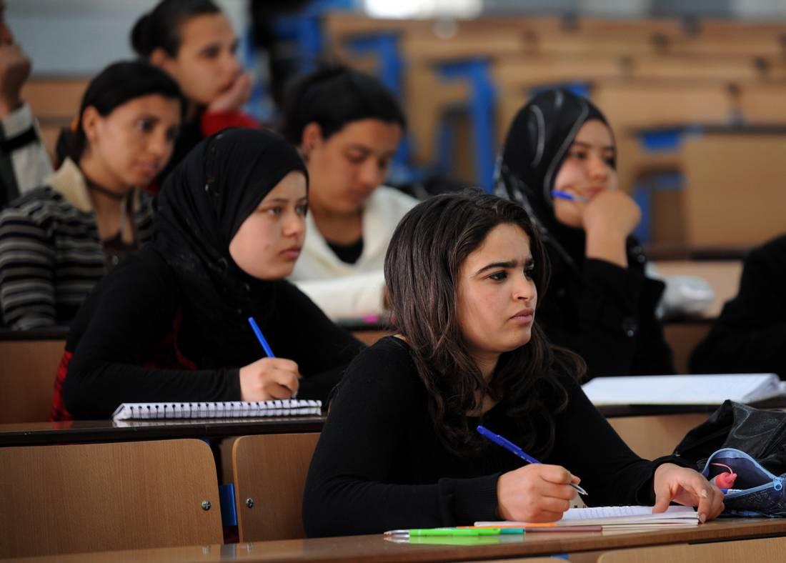 بسبب الوضع الاقتصادي الراكد.. تونس تدرس فرض رسوم مالية على الطلبة الأجانب