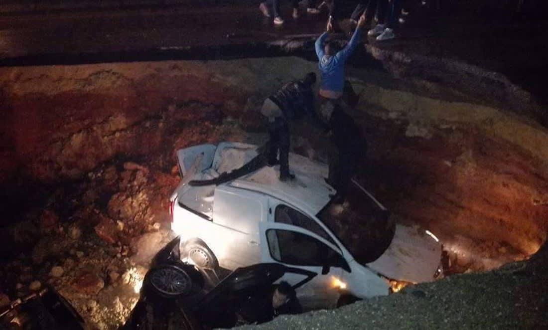 حفرة ضخمة في طريق سريع بالجزائر تبتلع خمس سيارات