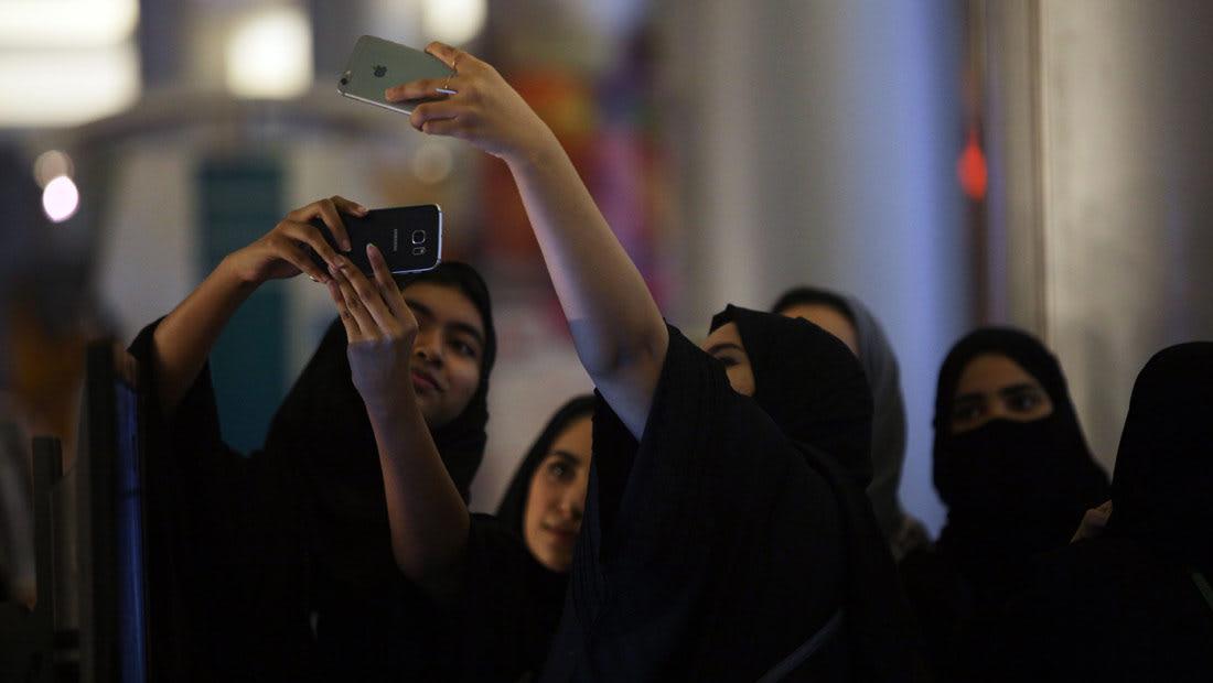 إلقاء القبض على فتاة نزعت حجابها بالرياض.. والقرني: ضحية وليست مجرمة