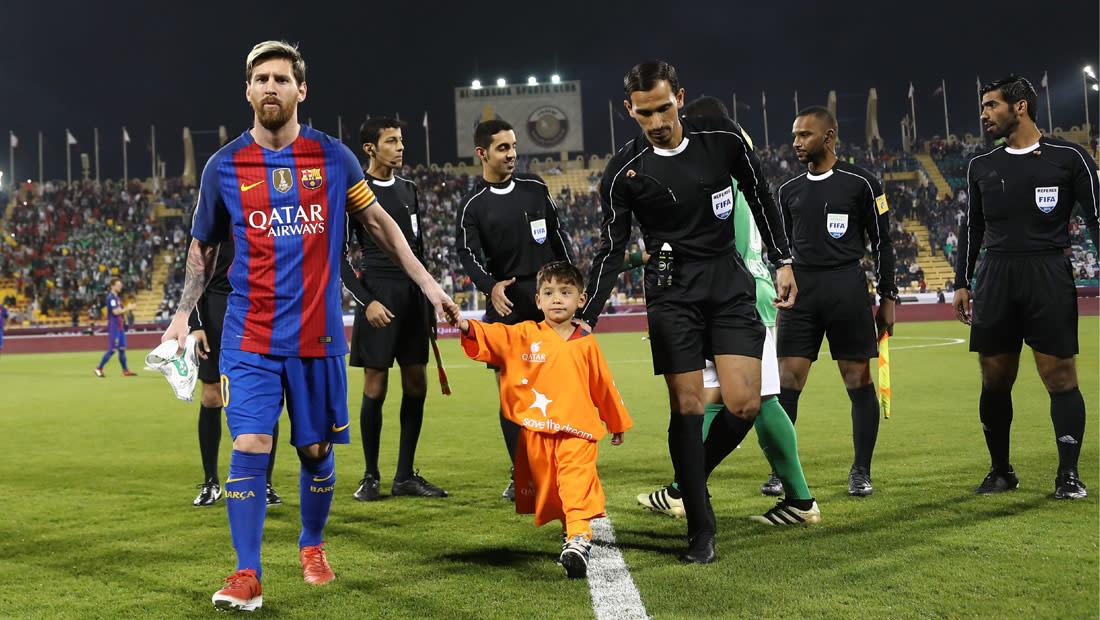 الطفل الذي صنع قميصاً بلاستيكياً لميسي يلتقي بطله