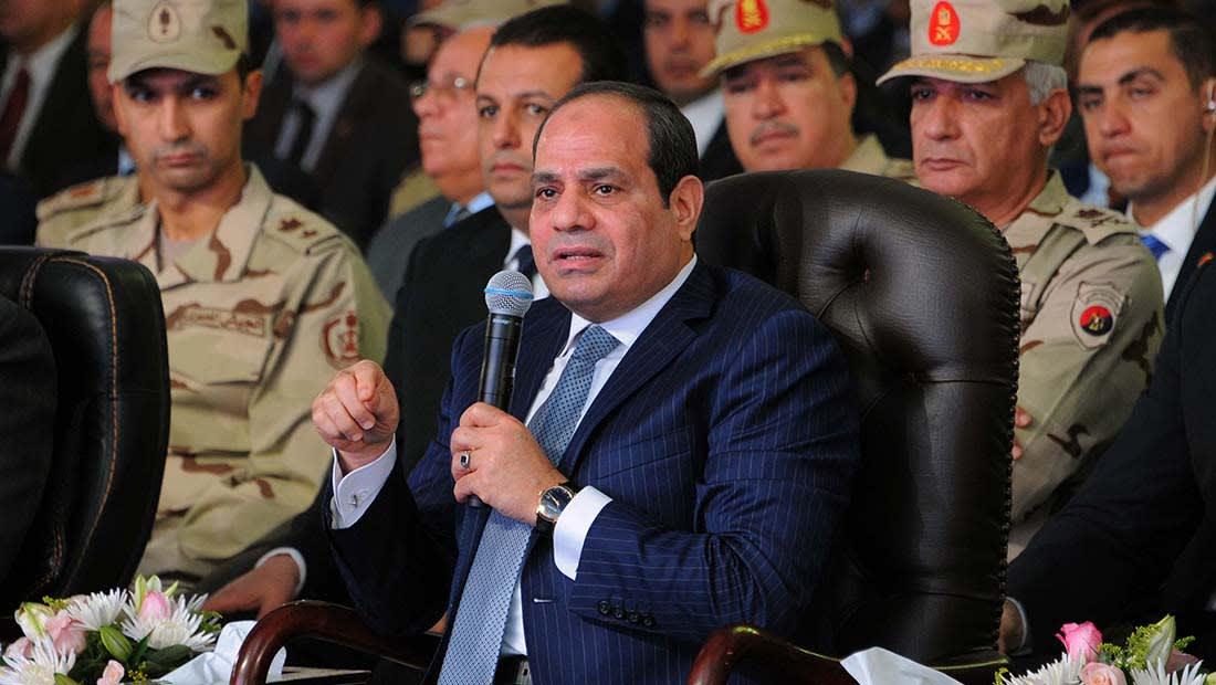 """السيسي يقاطع """"صوت القوات المسلحة"""" ضاحكا: إحنا مش عايزين أزمات"""