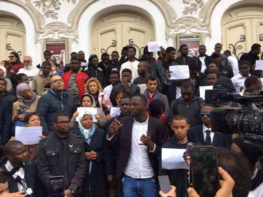 بعد الاعتداء على كونغوليتين.. الطلبة الأفارقة الأجانب بتونس يحتجون ضد العنصرية