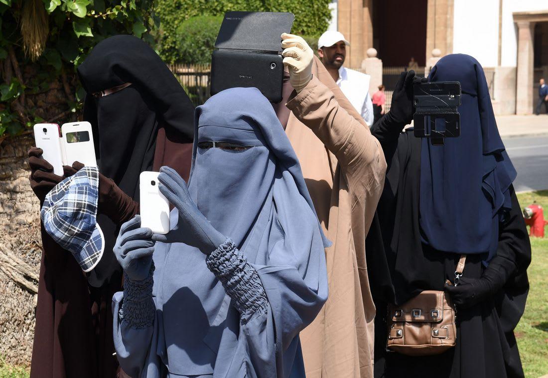 نشطاء يحتجون على حظر تجارة البرقع بالمغرب.. وآخرون يرحبون بالقرار