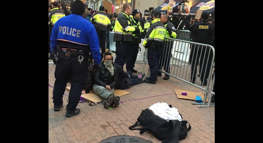 شاهد.. محتجون يحيطون أحد مداخل موقع مراسم تنصيب ترامب