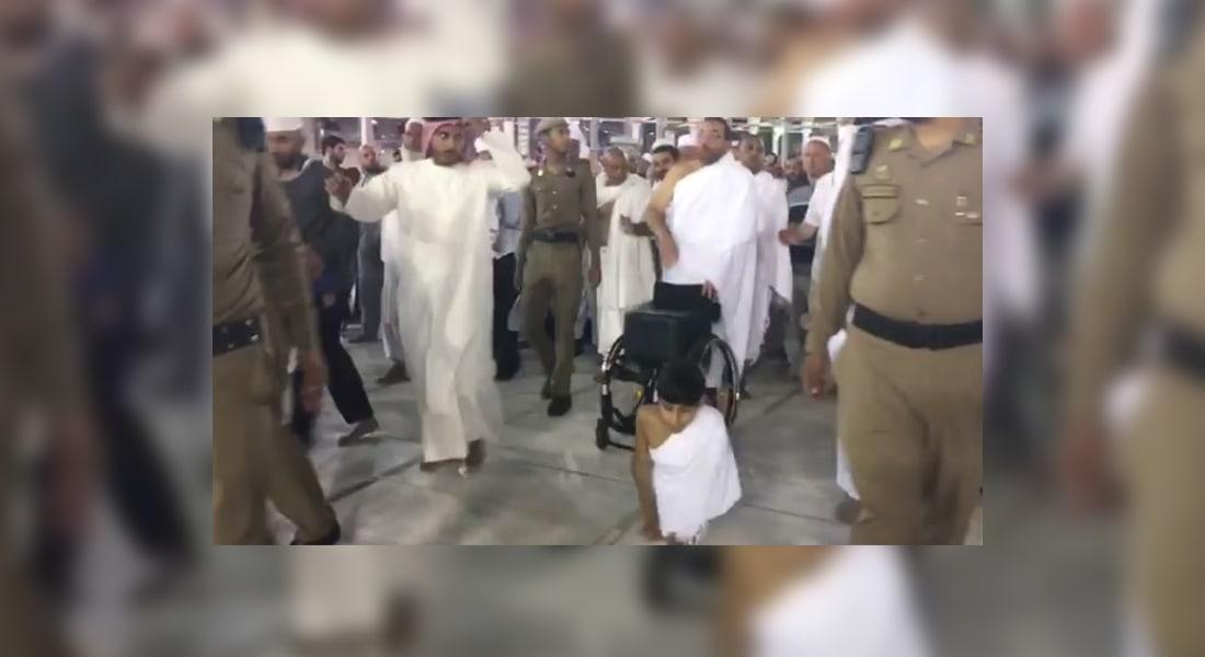 بالفيديو.. الشاب غانم المفتاح يطوف 7 أشواط حول الكعبة على يديه