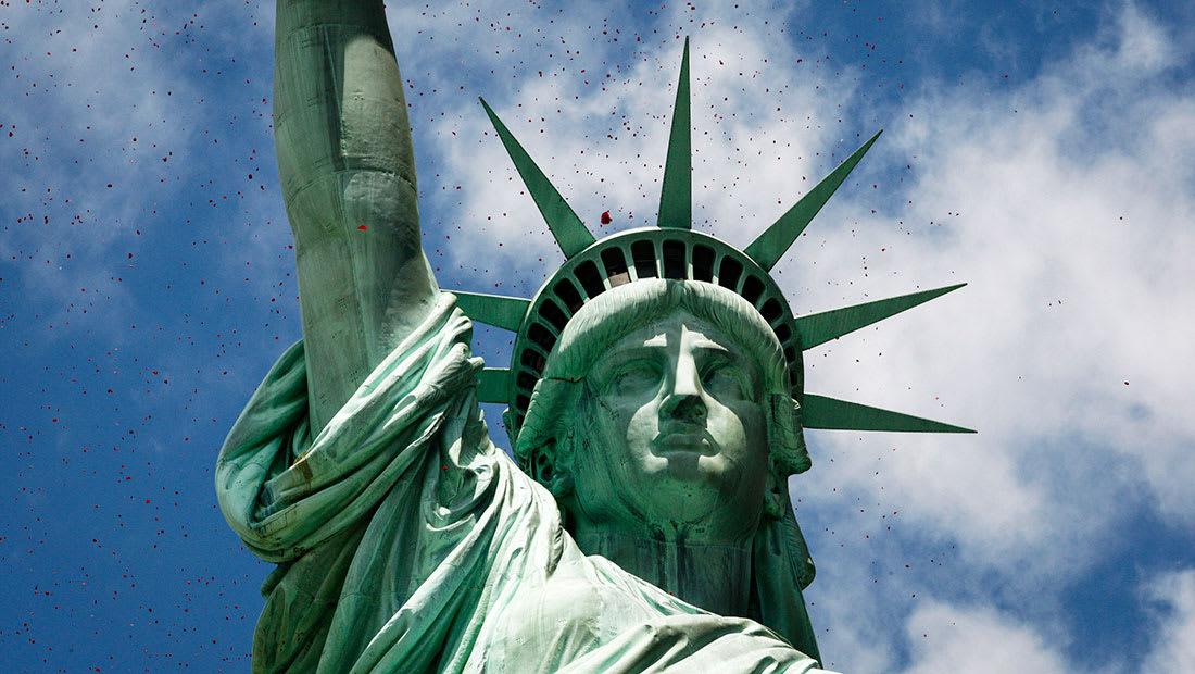 """""""حظر 6 دول عربية"""".. سيناتور: يقصد المسلمين ودموع تمثال الحرية تنهمر"""
