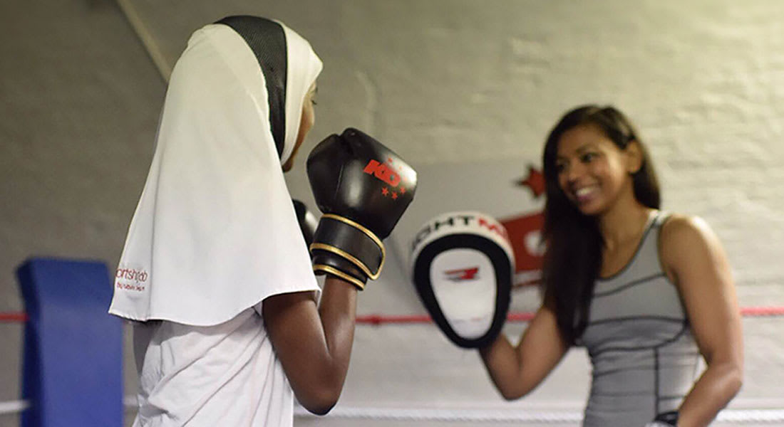 """ملاكمة مسلمة تطلق """"أغطية للرأس"""" مخصصة للرياضيات المحجبات من حول العالم"""