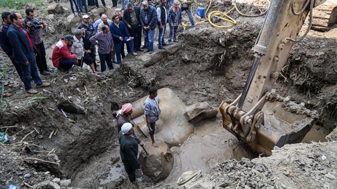 انتشال تمثالين أثريين في مصر يثير ضجة.. ومغردون: باللودر والجردل