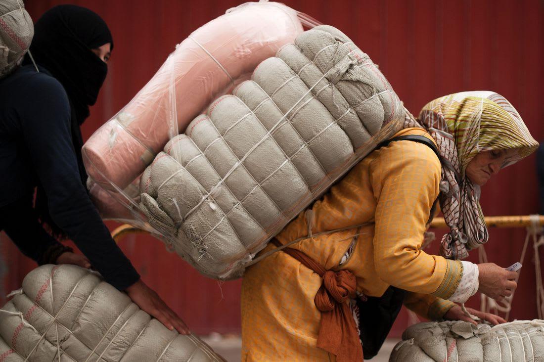 """بالفيديو.. مشاهد مؤلمة لنساء يمتهن """"التهريب المعيشي"""" شمال المغرب"""