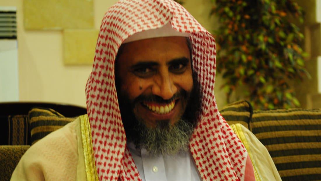 """محكمة سعودية تقضي بإغلاق حساب عوض القرني على """"تويتر"""" وتغريمه 100 ألف ريال"""