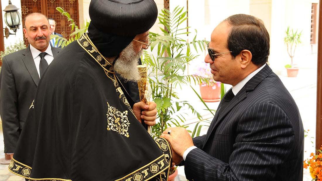السيسي يزور تواضروس للعزاء في ضحايا التفجيرين.. ويتعهد بمحاسبة المسؤولين
