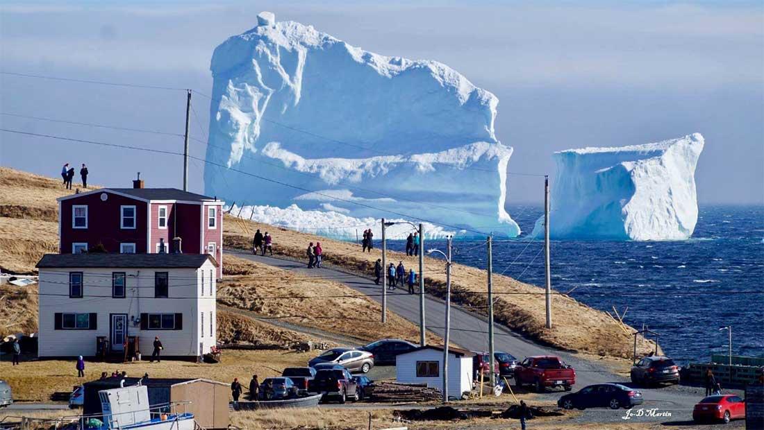 """جبل جليدي ضخم """"يرهب"""" سكان بلدة كندية.. هل هذا عام الجبال الجليدية؟"""