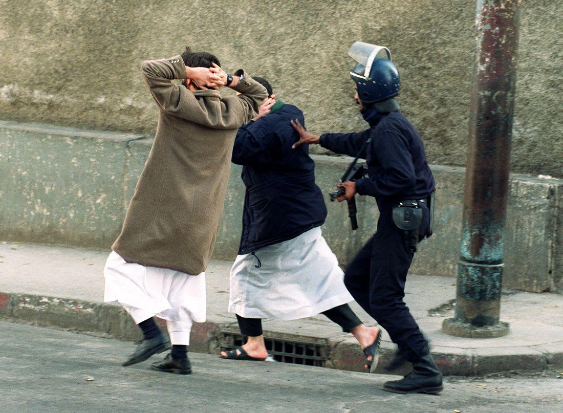 الجزائر تمنع توزيع جريدة فرنسية بسبب تحقيق عن العشرية السوداء