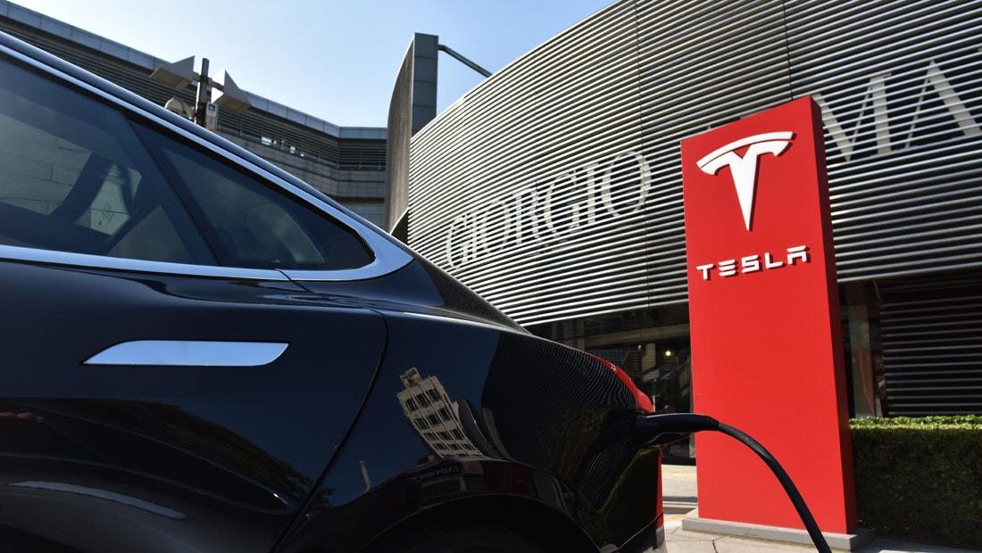"""شركة """"تيسلا"""" تطور سياراتها الكهربائية لتسهيل الهروب من إعصار إيرما"""