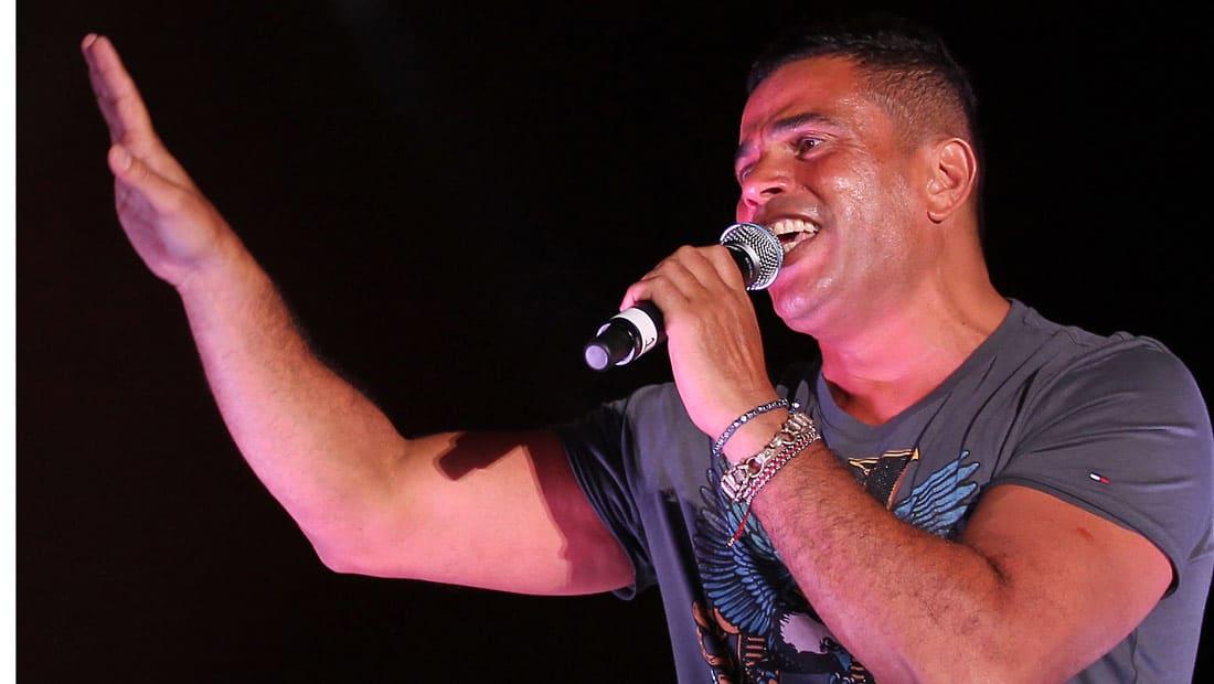عمرو دياب يتابع ديربي لندن من المدرجات.. وتشيلسي يرحب به