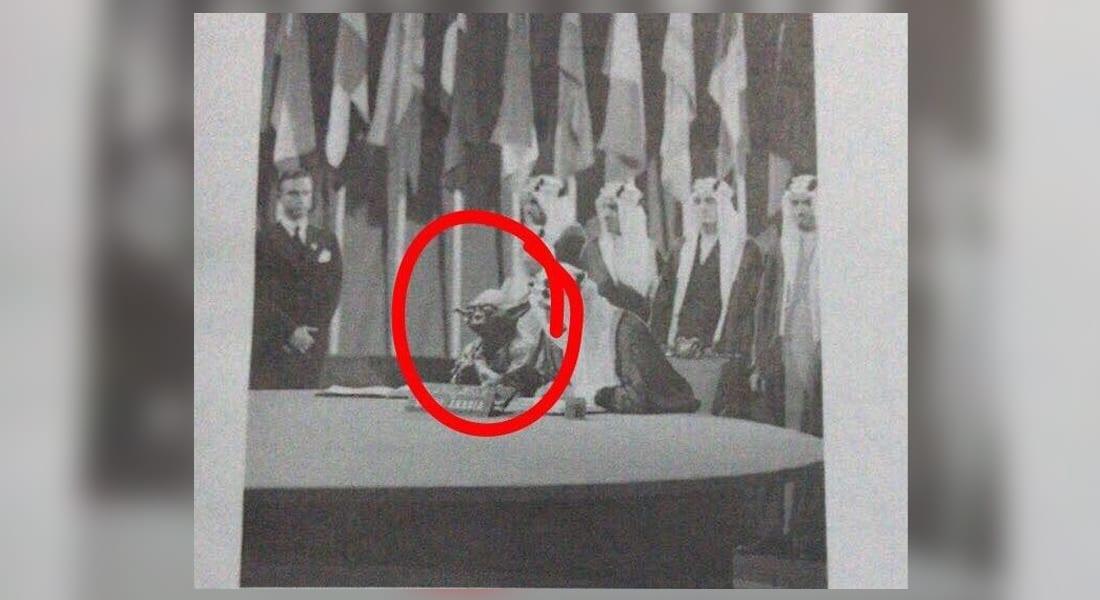 """صورة """"الكائن الفضائي"""" بجانب الملك فيصل تطيح بوكيل المناهج بوزارة التعليم السعودية"""