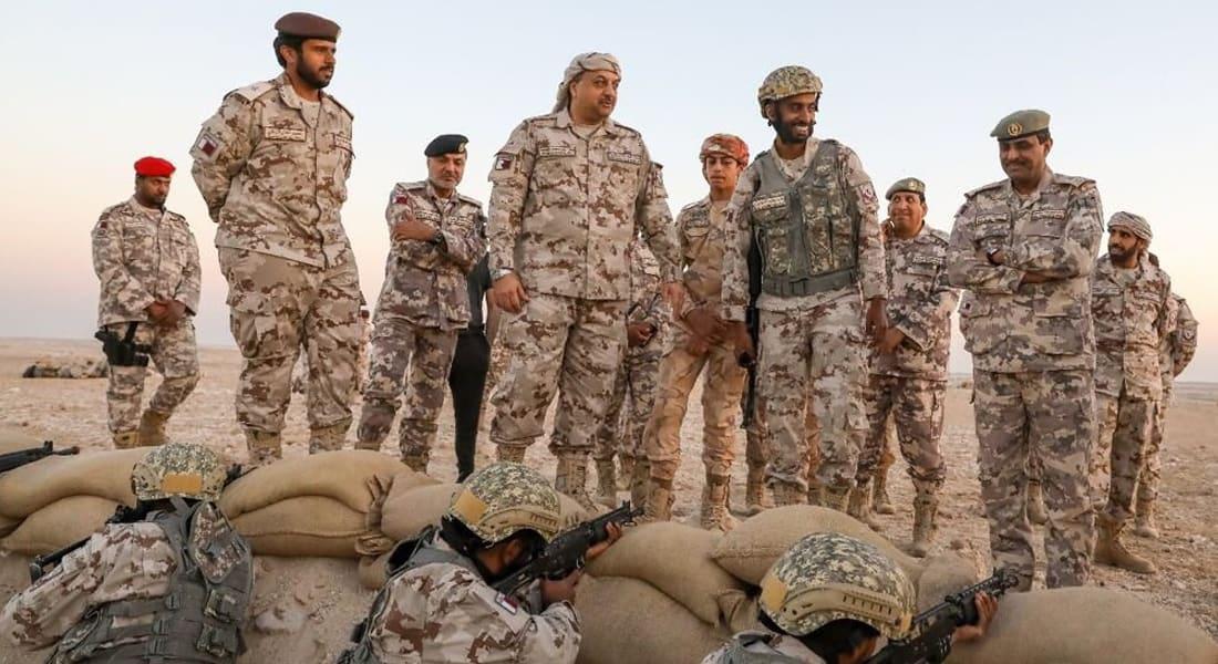 """وزير الدفاع القطري بالزي العسكري في معسكر """"جو السلامة"""".. وهذا ما قاله للجنود"""