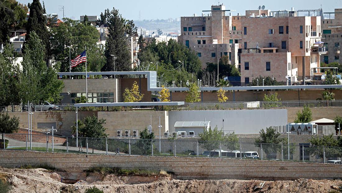 رئيس بلدية القدس يعلق أول لافتة للسفارة الأمريكية: ليس حلما بل حقيقة
