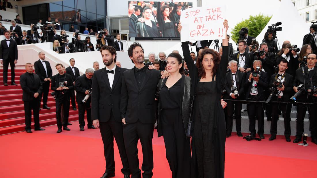 """ممثلة لبنانية ترفع لافتة """"أوقفوا العدوان على غزة """" في مهرجان """"كان"""" السينمائي"""