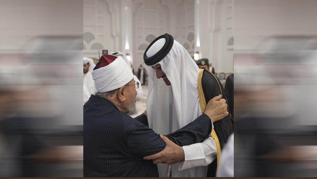 القرضاوي ينشر صورة مع أمير قطر ملبيا دعوة إفطار