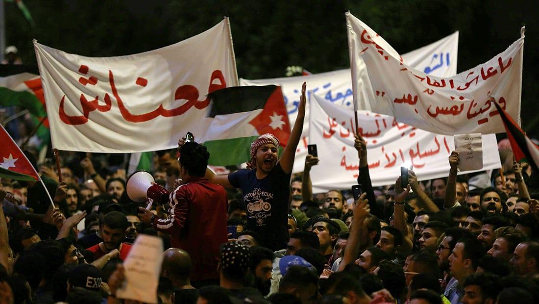 الرزاز يعلن نية الحكومة الأردنية الجديدة سحب قانون الضريبة
