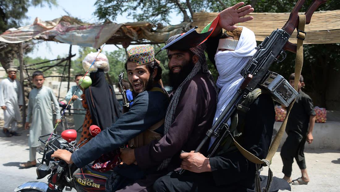 عناصر من حركة طالبان يركبون دراجة نارية خلال احتفالهم بوقف إطلاق النار في اليوم الثاني من عيد الفطر في ضواحي جلال أباد