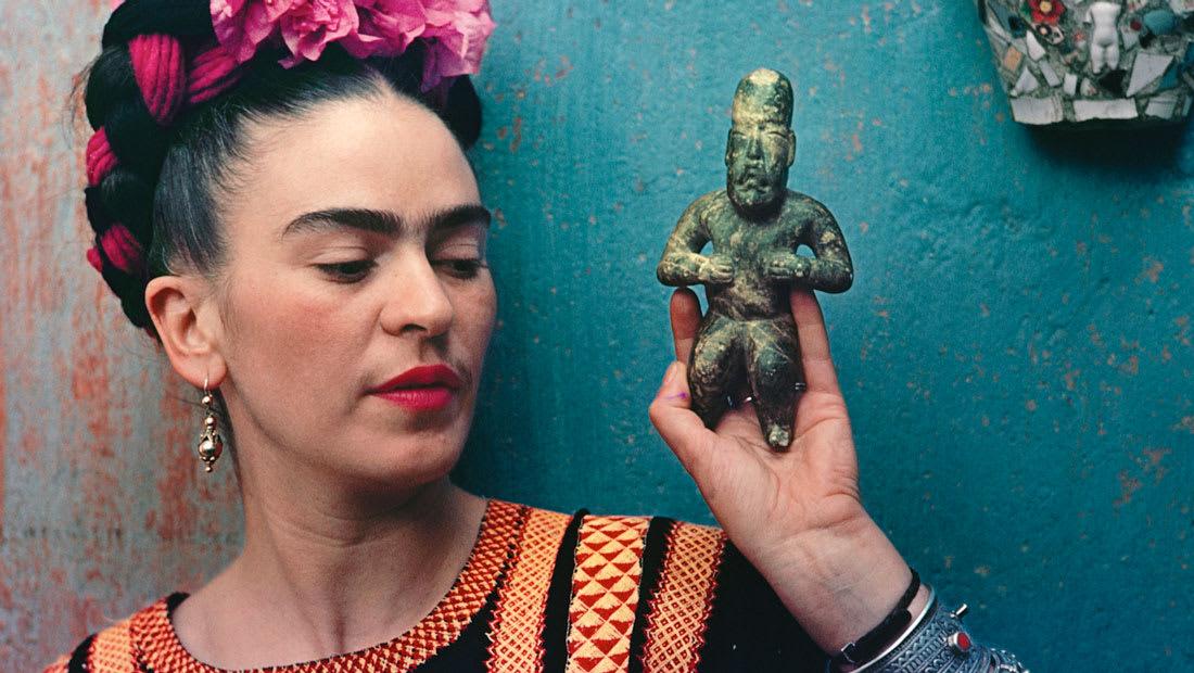 كيف جلبت أزياء فريدا كاهلو السياسة المكسيكية إلى المسرح العالمي؟