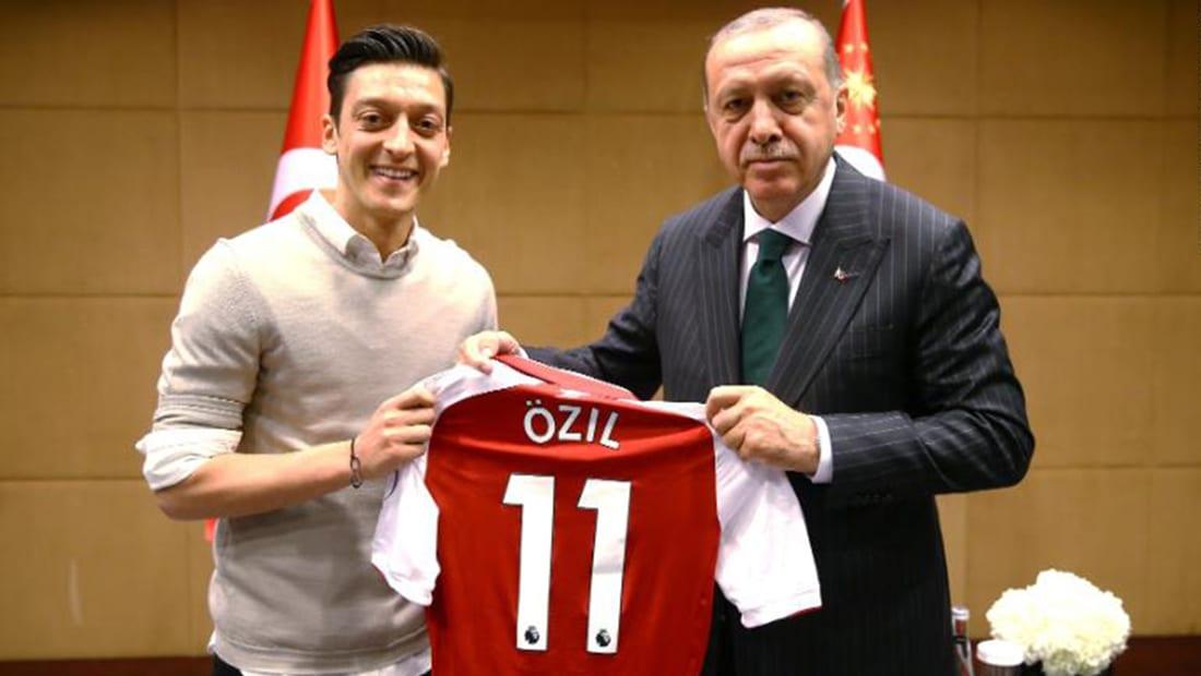 مسعود أوزيل يخلع قميص المنتخب الألماني.. ما علاقة أردوغان؟
