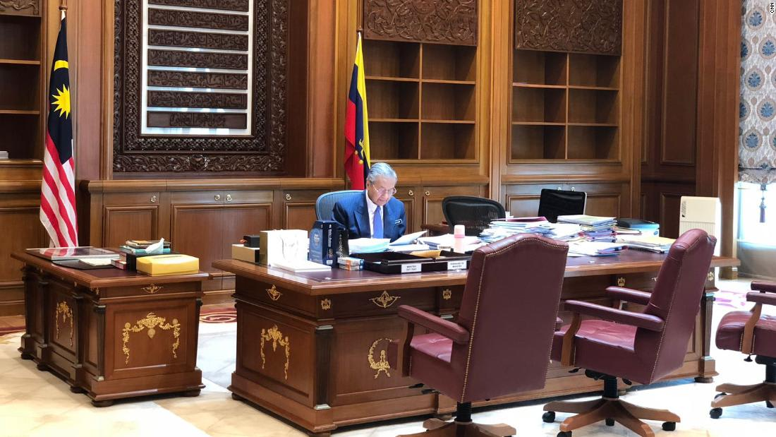 مهاتير محمد في مكتبه